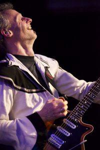 Thomas Engelmann an der Gitarre in der Queen-Tribute Band Merqury 2012