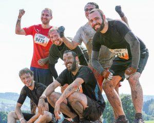 "Männer-Team beim Hindernis ""Pitfall"" Tough Mudder"