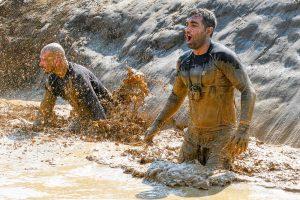 """Zwei Männer Hindernis """"Pitfall"""" Tough Mudder"""