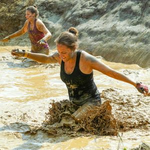 """Zwei Frauen Hindernis """"Pitfall"""" Tough Mudder"""