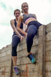 "Teilnehmerinnen Hindernis ""Berlin Walls"" Tough Mudder"